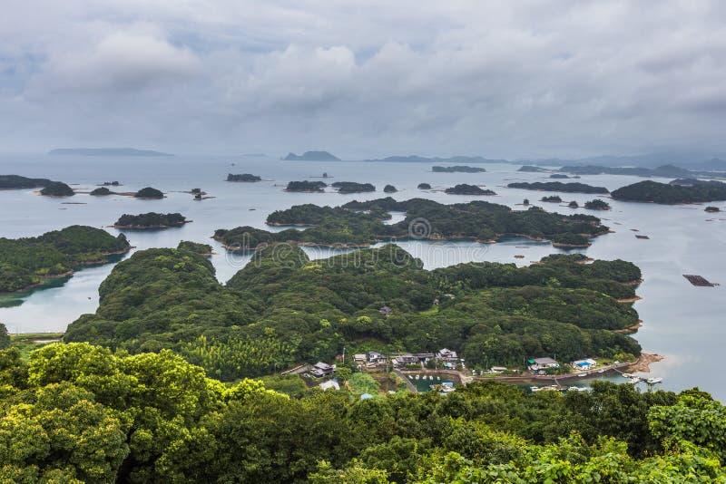As ilhas de Kujuku negligenciam no dia nebuloso em Sasebo, Kyushu fotografia de stock