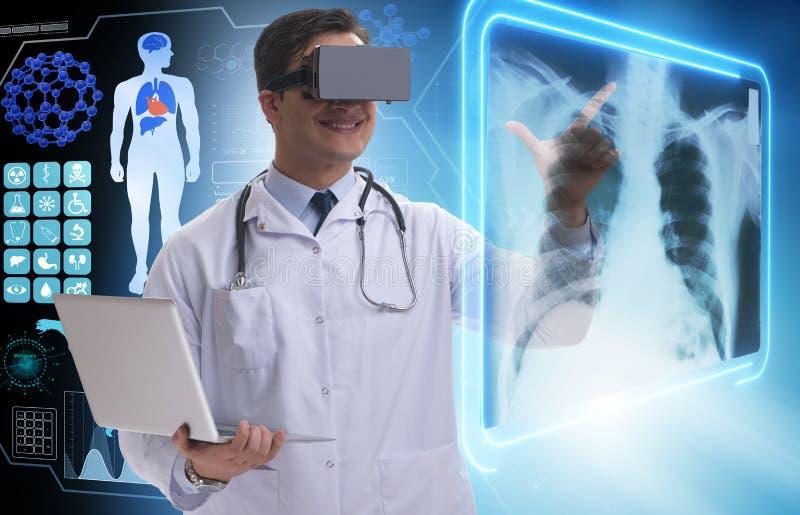 As imagens de exame do raio X do doutor usando vidros da realidade virtual imagens de stock royalty free