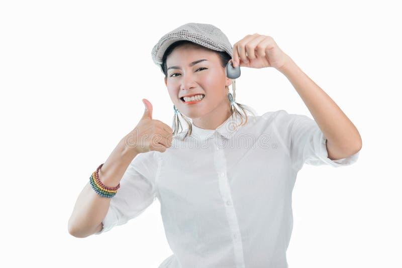 As imagens de mulheres asiáticas são felizes e sorrindo ao guardar as chaves do carro imagens de stock