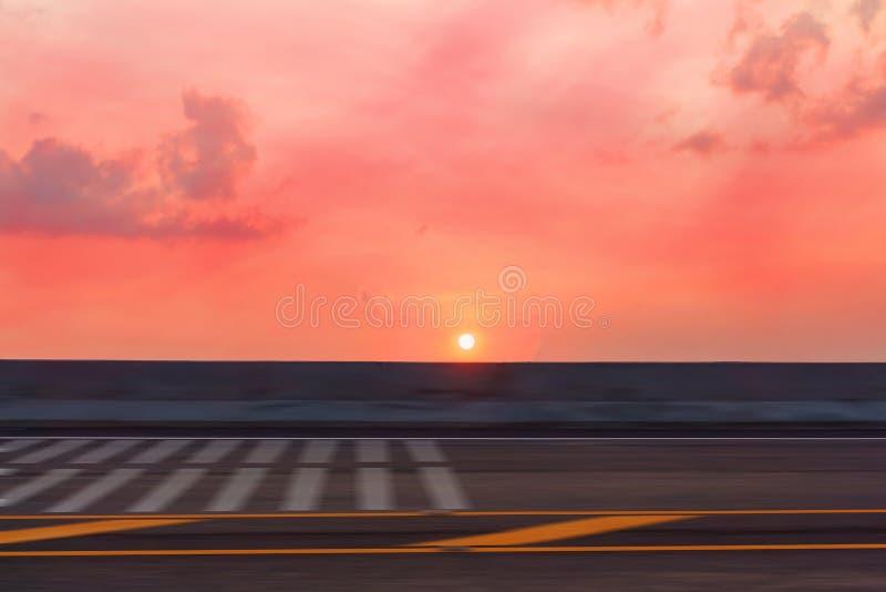As imagens foram capturadas com velocidade Sun ajusta-se na estrada que o sol estava a ponto de tragar a rua Obscuro e abstrato fotografia de stock royalty free