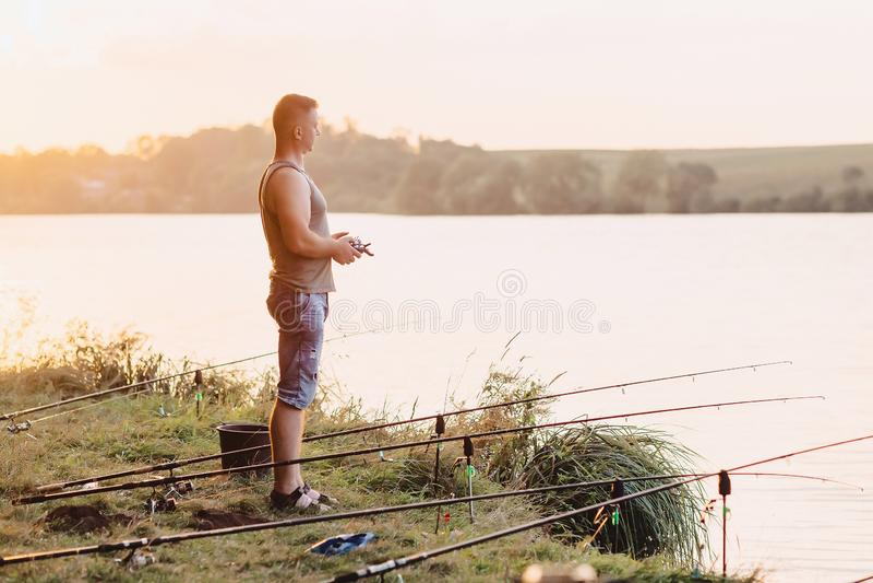 As importações do pescador atraem pelo barco no lago para pescar fotos de stock