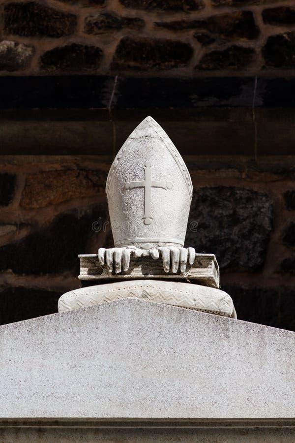 As insígnias do bispo de pedra em uma sepultura fotos de stock