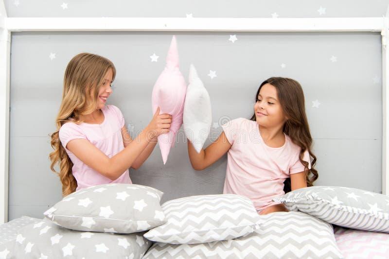 As irmãs jogam o partido do quarto dos descansos Partido de pijama da luta de descanso Nivelando a hora para o divertimento Ideia fotos de stock royalty free