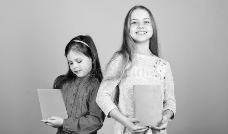 As irm?s escolhem livros para ler junto As meninas ador?veis amam livros Di?rio secreto ou jornal pessoal Smart ? grande Mi?dos foto de stock