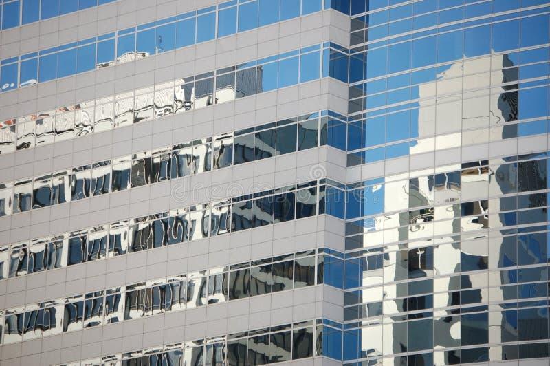 As janelas azuis espelham outras construções em Portland, Oregon imagem de stock