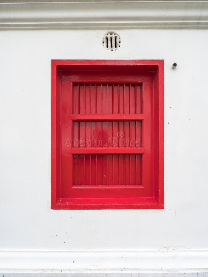 As janelas vermelhas no templo de mármore, Banguecoque Tailândia fotografia de stock