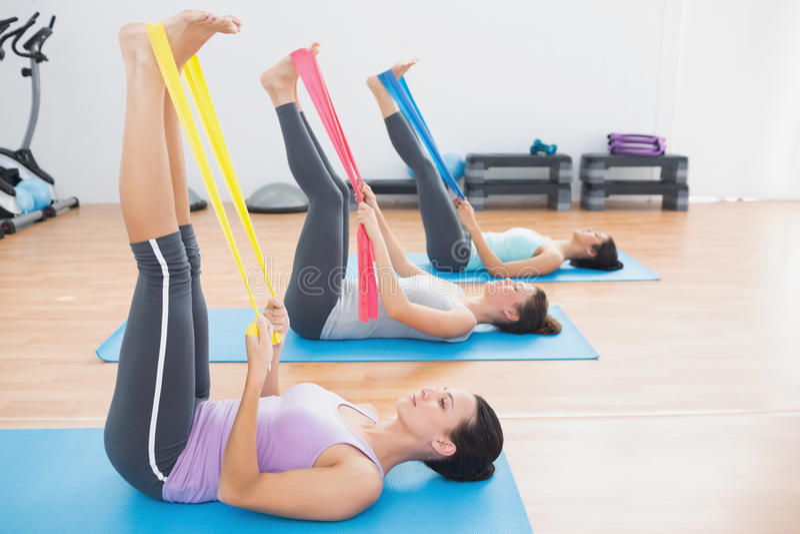 As jovens mulheres desportivas com exercício unem-se no estúdio da aptidão fotos de stock