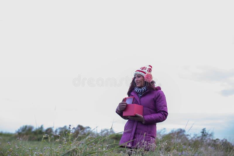 As jovens mulheres estão felizes o inverno no jardim imagem de stock