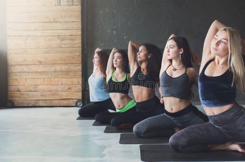 As jovens mulheres na ioga classificam, esticão da pose da sereia fotografia de stock