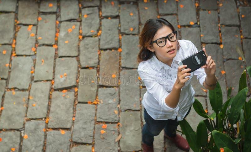 As jovens mulheres tomam fotos fotos de stock