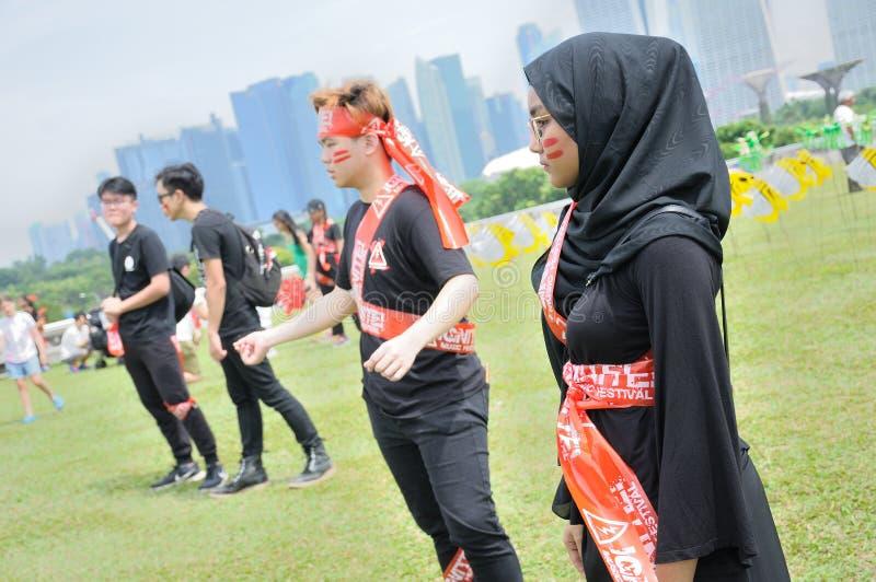 As juventudes congelam-se e pararam de mover-se por alguns minutos durante Marina Barrage Kite Day 2018 imagem de stock royalty free