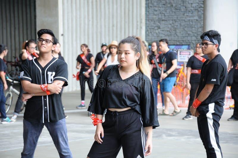 As juventudes congelam-se e pararam de mover-se por alguns minutos durante Marina Barrage Kite Day 2018 imagens de stock royalty free