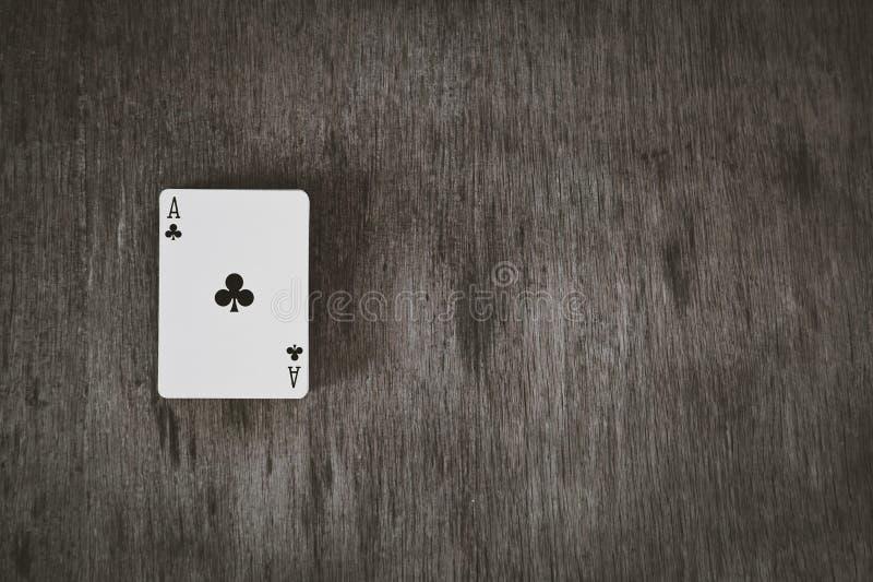 As kluby Karta do gry na drewnianym tle Ryzykuje i Uprawiający hazard tło, abstrakt i gry pojęcie, fotografia royalty free