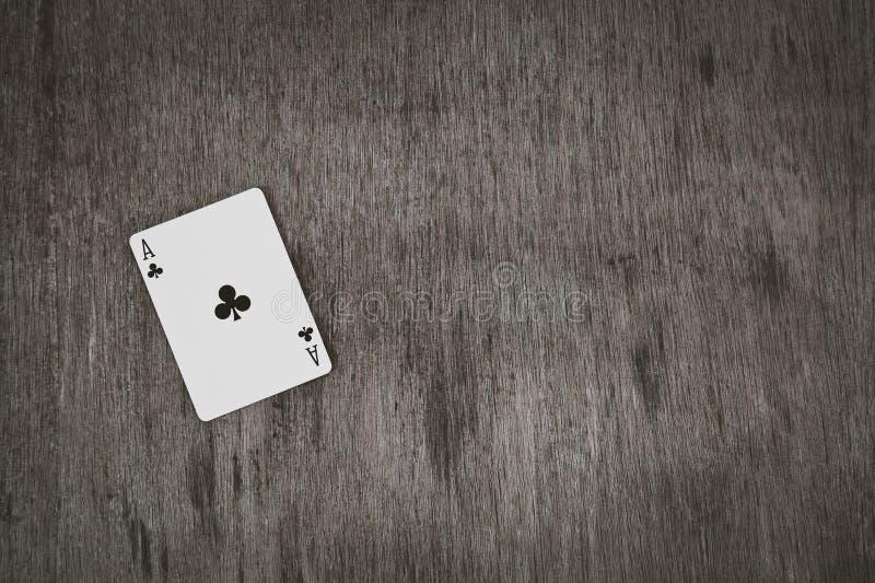 As kluby zbliżenie, karta do gry na drewnianym tle Ryzykuje i Uprawiający hazard tło, abstrakt i gry pojęcie, zdjęcie stock