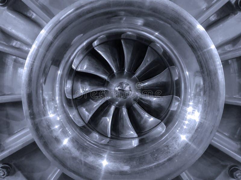 As lâminas de turbina do motor de jato do avião tonificaram no azul foto de stock
