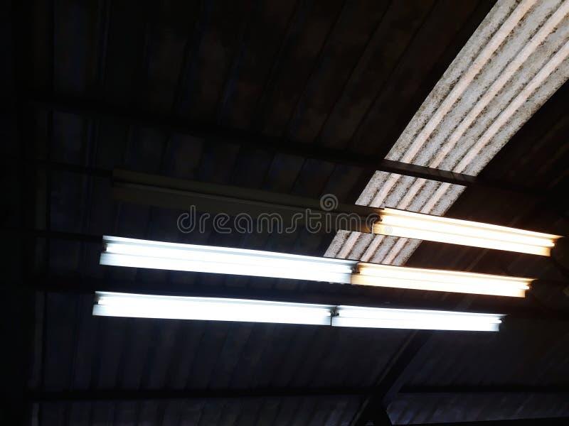 As lâmpadas danificadas são claramente visíveis na diferença que é boa e pode ser usada normalmente foto de stock royalty free