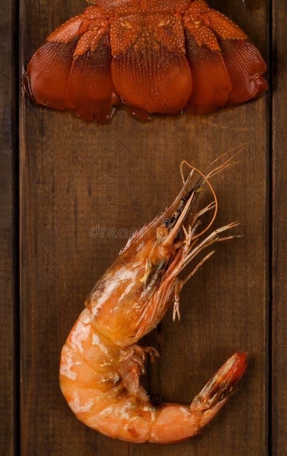 As lagostas atam e camarão na tabela imagem de stock royalty free