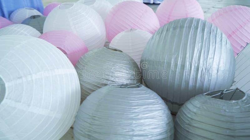 As lanternas de papel cinzentas cor-de-rosa brancas coloridas ajustaram-se no assoalho fotografia de stock royalty free
