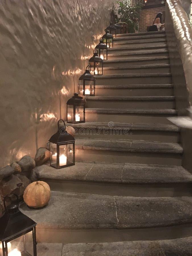 As lanternas românticas da vela do Lit levantam uma escadaria fotos de stock royalty free
