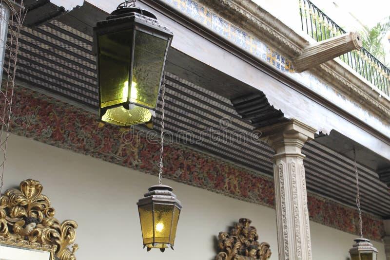 As lanternas velhas acorrentaram, Casa de los Azulejos, CDMX fotografia de stock