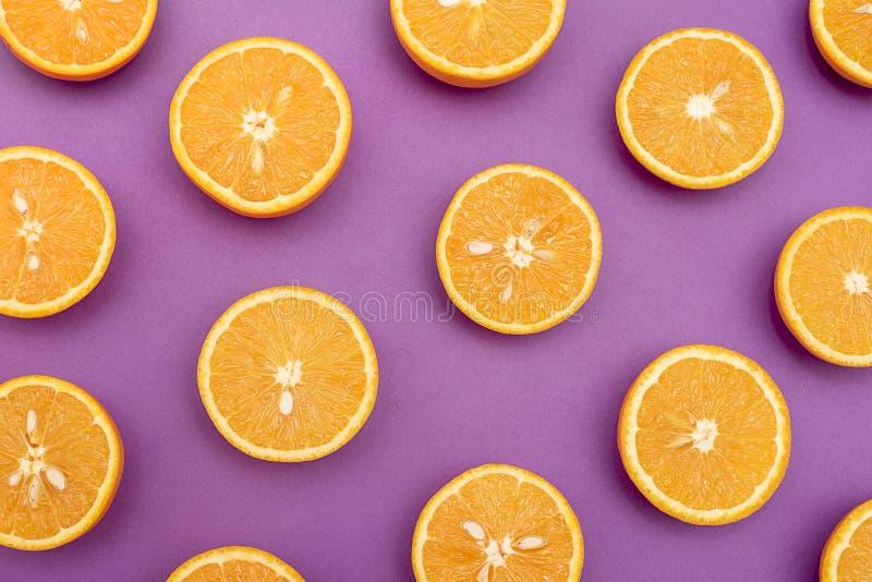 As laranjas suculentas alaranjadas racharam ao meio no roxo imagens de stock royalty free