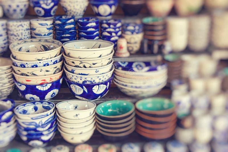 As lembran?as tradicionais do ` s de Vietname s?o vendidas na loja no quarto velho do ` s de Hanoi vietnam Foco seletivo imagens de stock royalty free