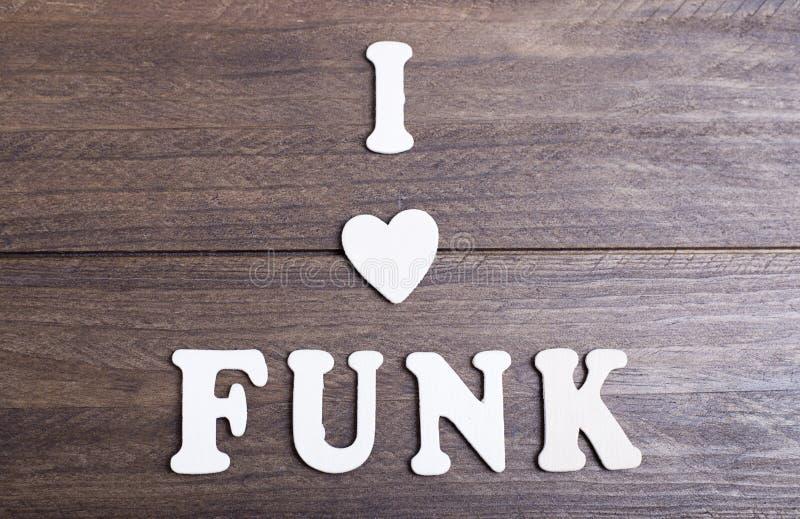 As letras brancas que colocam na mensagem de madeira escura eu amo o funk imagens de stock royalty free