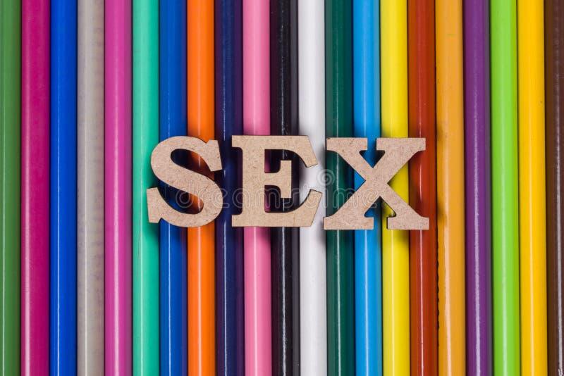 As letras de um sumário do sexo da palavra, o fundo branco coloriram lápis foto de stock