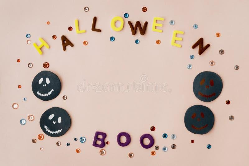 As letras feitos a mão do crânio do açúcar vaiam, cristais de rocha em um círculo em um fundo de papel cor-de-rosa Opinião superi imagem de stock royalty free