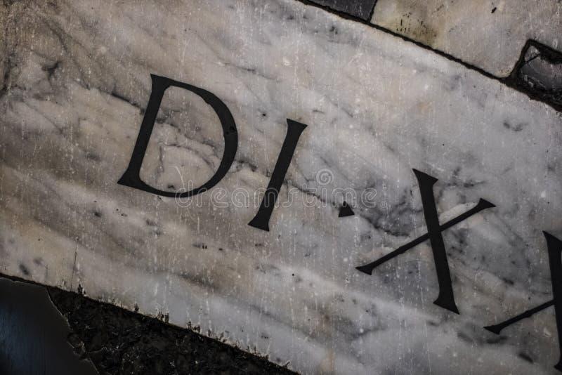 As letras romanas fecham-se acima ainda em uma superfície de mármore imagens de stock royalty free