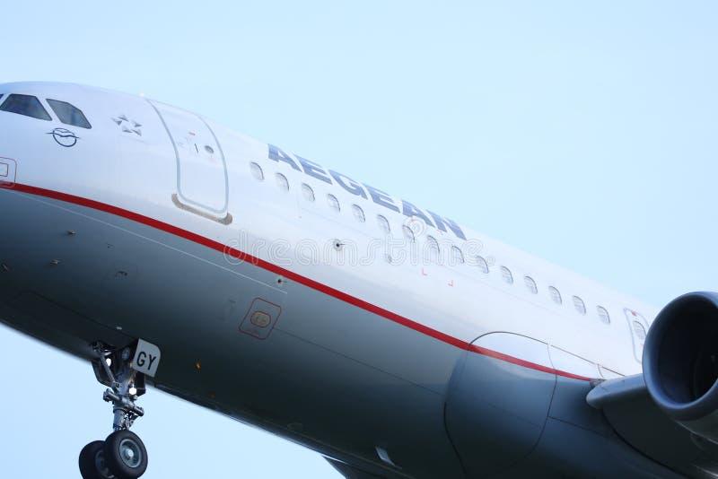 As linhas aéreas egeias aplanam o voo aos destinos do feriado, opinião do close up o grupo da cabine foto de stock