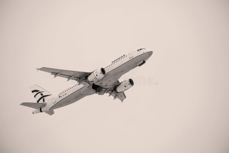 As linhas aéreas egeias aplanam o voo sobre o aeroporto de Munich, Alemanha foto de stock