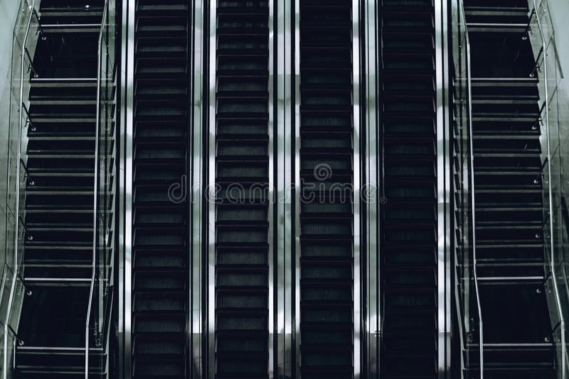 As linhas da escada rolante em moderno deportam foto de stock royalty free