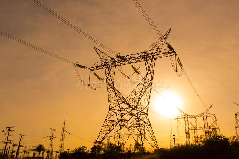 As linhas elétricas elétricas que saem de uma subestação em Foz fazem Iguazu fotografia de stock royalty free
