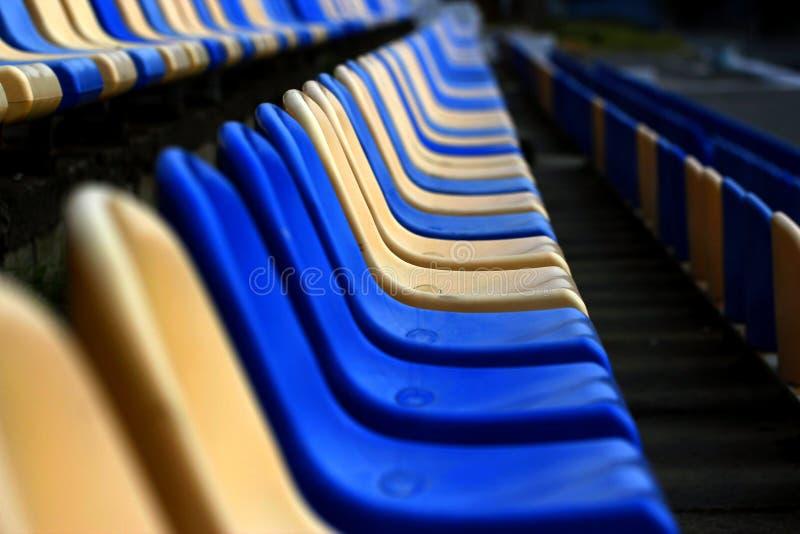 As linhas vazias de sentam-se no estádio imagens de stock