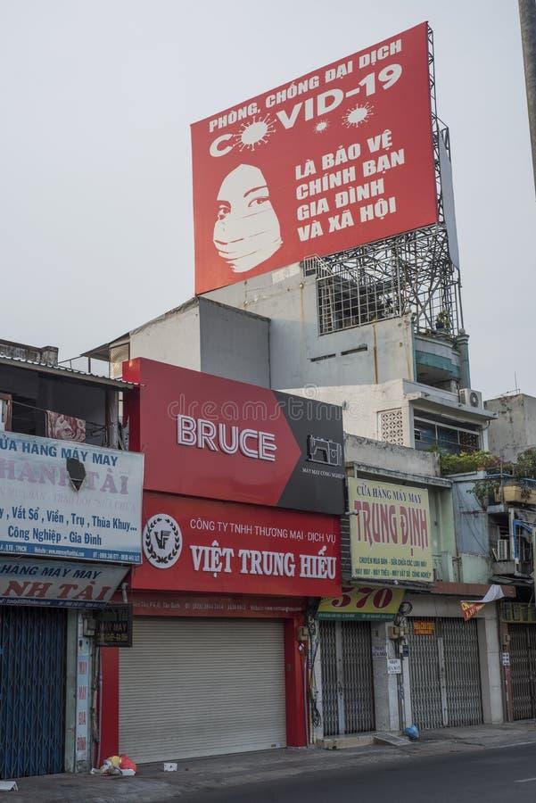 As lojas estão fechadas sob um cartaz de prevenção Covid-19 em Ho Chi Minh City imagens de stock royalty free