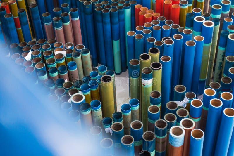 As luvas da impressão de Flexography rodam em marcha lenta armazém de armazenamento não utilizado Fato fotografia de stock