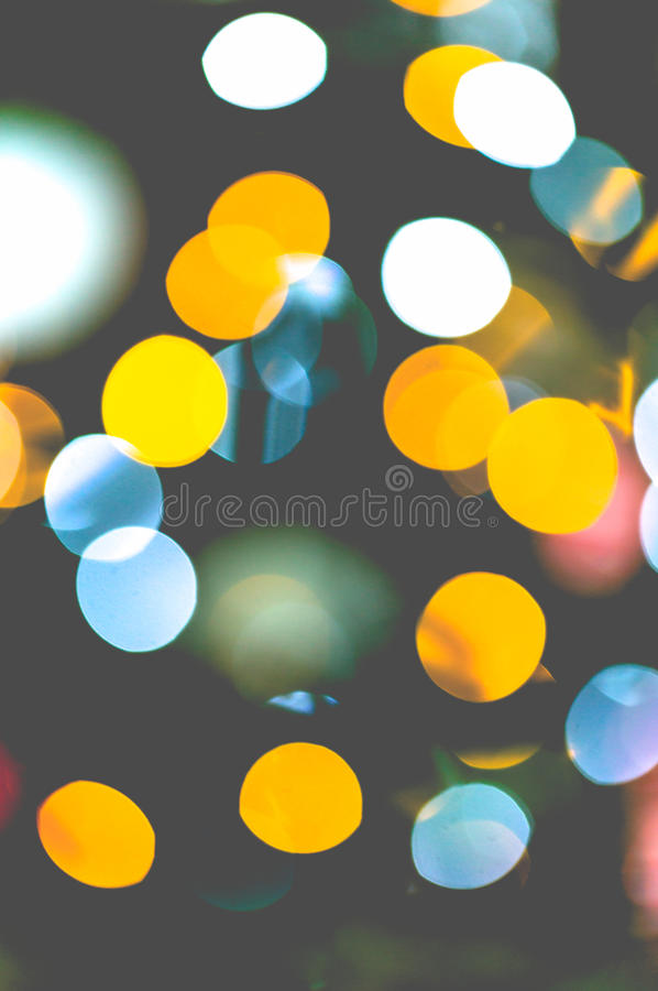 As luzes coloridas vibrantes piscam backgrou defocused da árvore de Christmes foto de stock royalty free
