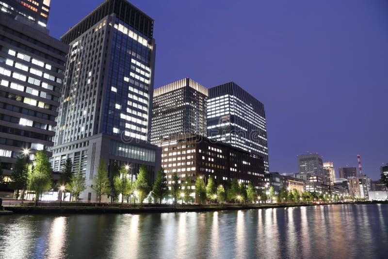 As luzes da cidade do Tóquio refletem fora da água foto de stock royalty free