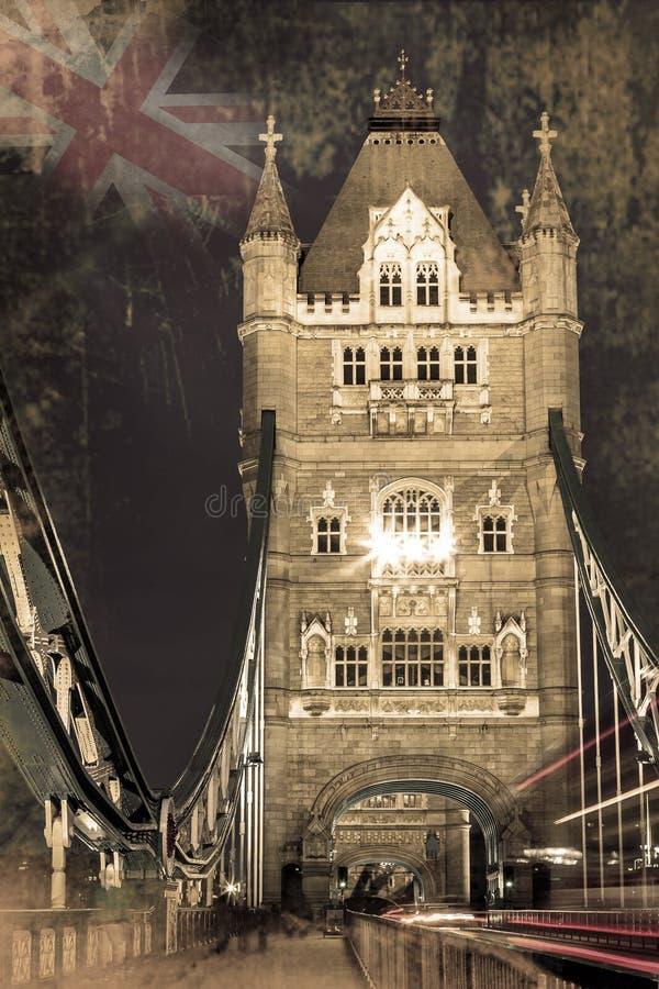 As luzes da ponte e do carro da torre arrastam em Londres foto de stock