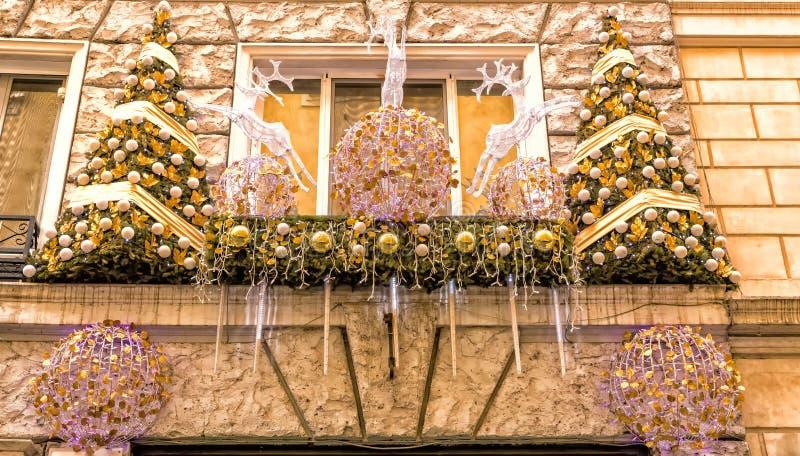 As luzes de Natal decoram uma janela em Roma imagens de stock