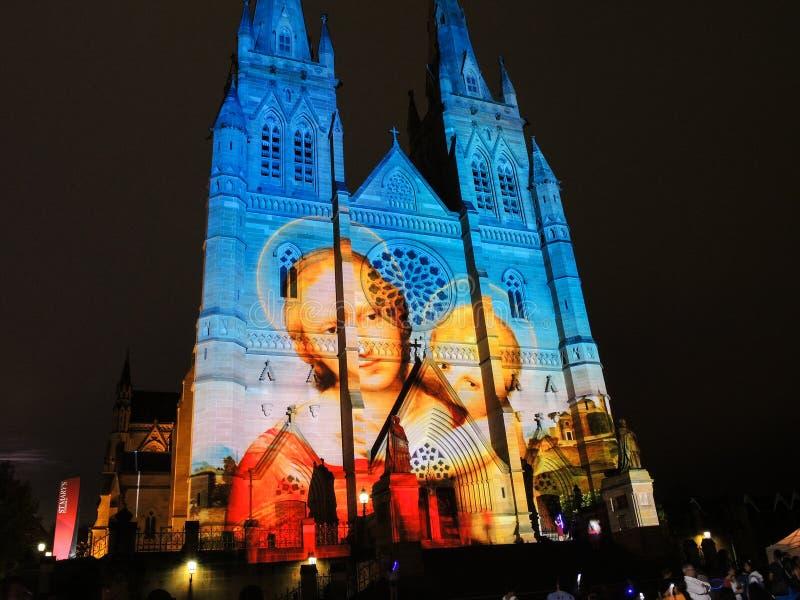 As luzes do Natal são o acontecimento anual pela iluminação da projeção na igreja da catedral do ` s de St Mary dizem-nos a histó foto de stock