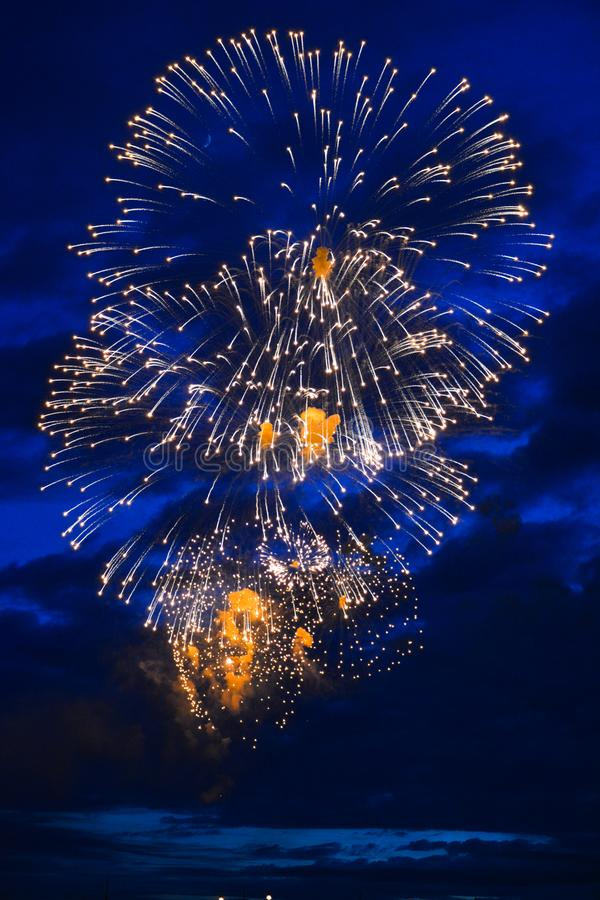 As luzes festivas decoram um céu azul fotos de stock