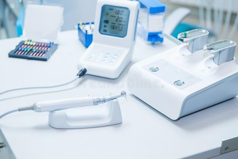 As mãos assistentes do ` s configuram o equipamento dental no escritório do ` s do dentista Feche acima, foco seletivo dentistry fotografia de stock