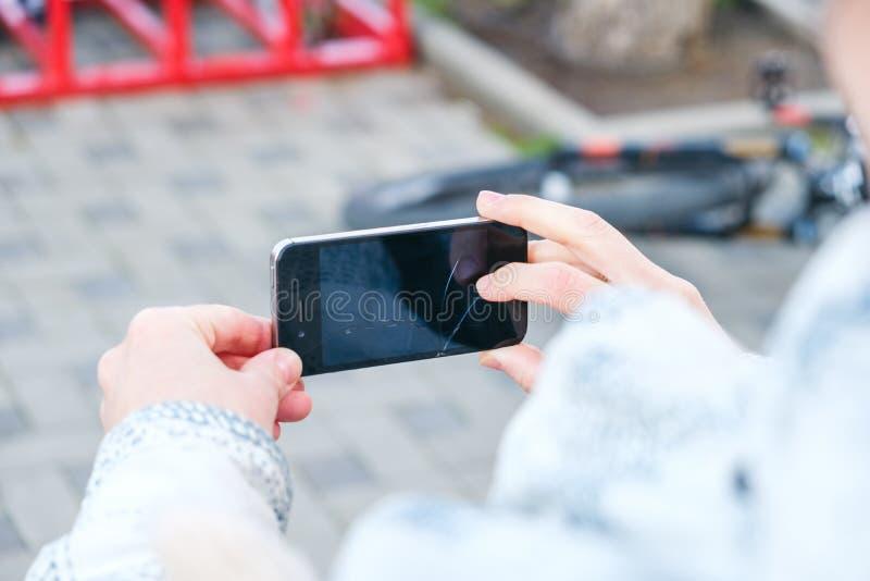 As mãos com smartphone tomam fotos do cenário imagens de stock royalty free