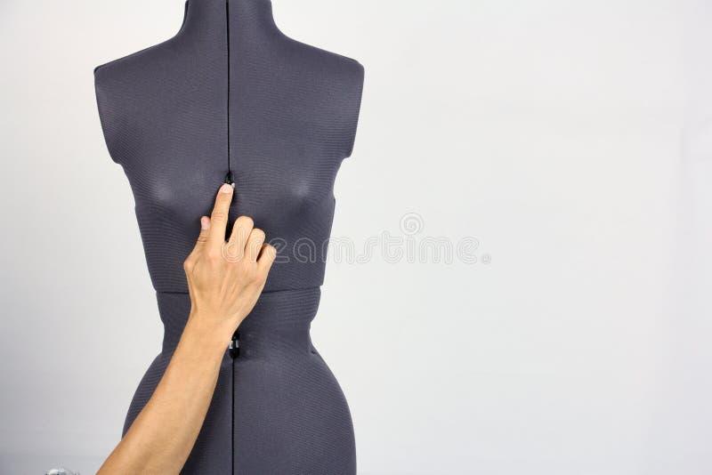 As mãos costuram a mudança a largura do peito em um m costurando fêmea fotografia de stock royalty free