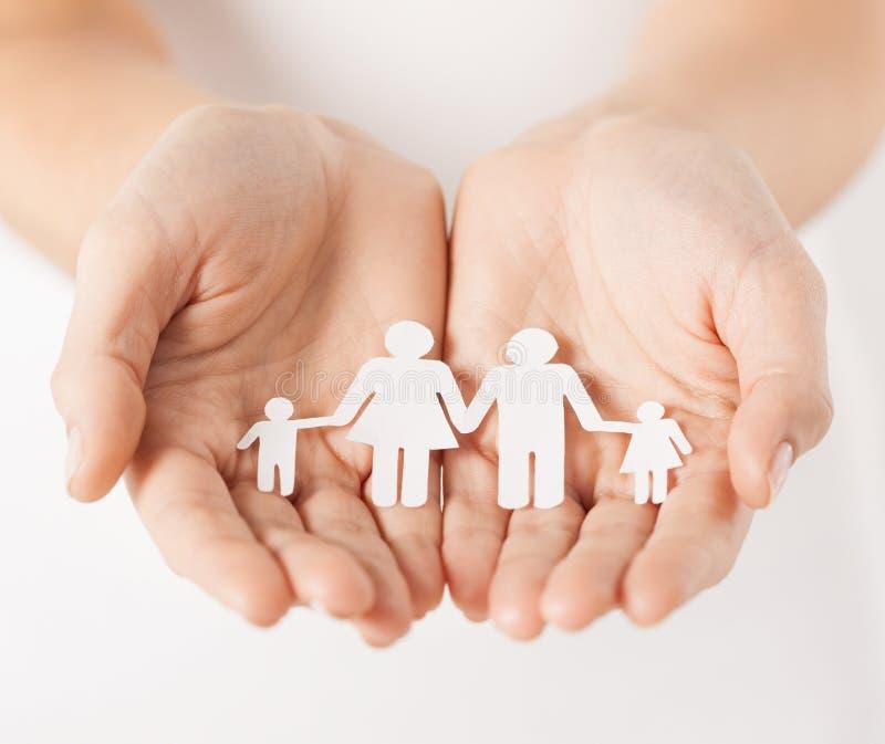 As mãos da mulher com a família de papel do homem imagens de stock royalty free