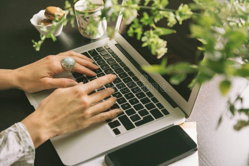 As mãos da mulher escrevem no computador, vista de cima de foto de stock