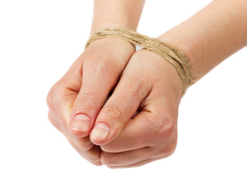 As mãos da mulher limitam pela corda ou pela corda isolada no branco fotos de stock royalty free