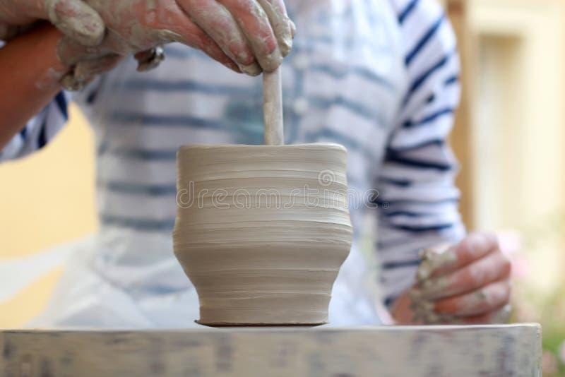 As mãos das crianças que criam o vaso novo fotos de stock royalty free